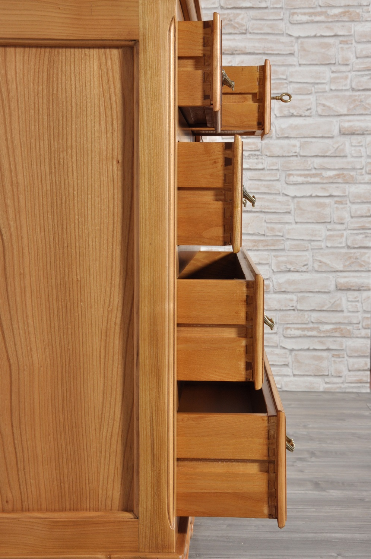 interni dei cassetti con incastri a coda di rondine in legno pregiato frassino massello