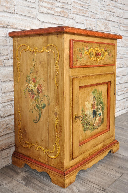 comodino di lusso decorato con scene e barocchi made in italy