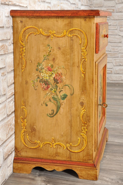 comodino decorato con fiori e barocchi costruito a mano in abete