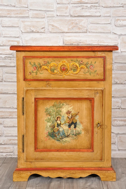 Comodino decorato a mano in stile classico 39 600 barocco for Mobili dipinti di design