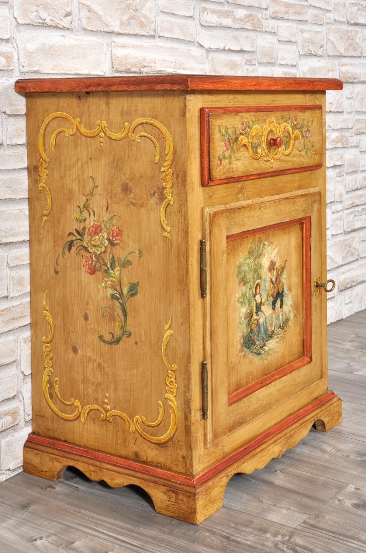 pregiato comodino costruito in legno di abete antico decorato a mano