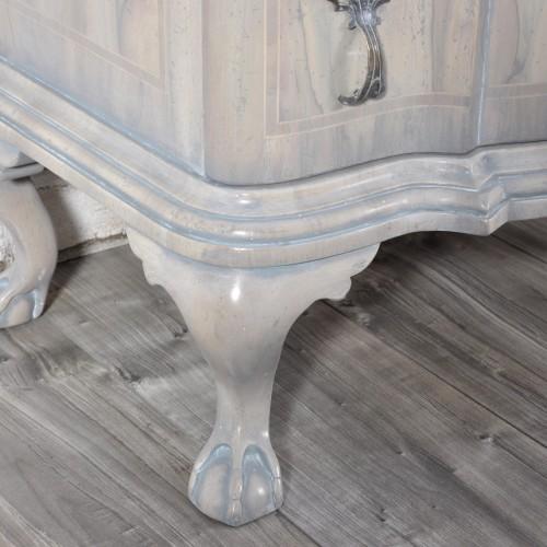 4 gambe di sostegno intagliate a mano e scolpite artigianalmente forma ferina la cornice è sagomata con la venaturara in noce massello di testa lavorazioni del 1600 d'epoca