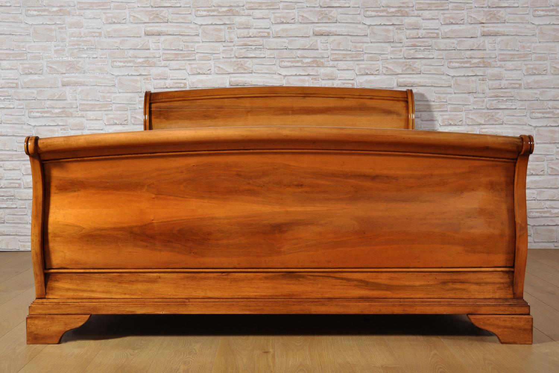 Raffinato letto matrimoniale a barca bombato e sagomato in - Pediera del letto ...