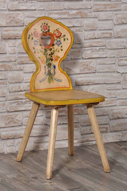 sedia con cuore costruita e dipinta a mano nello stile classico tirolese in legno di abete massello