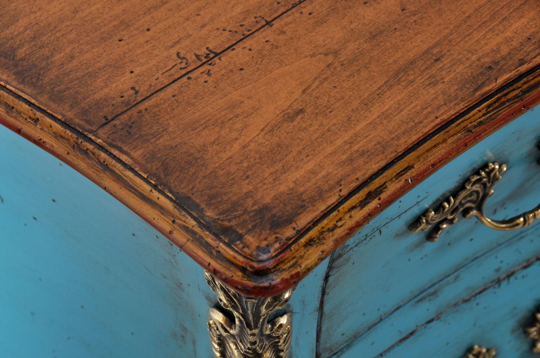 piano della scrivania 700 veneziana in stile luigi XV con bordo sagomato realizzata in essenza pregiata di ciliegio massello e costruita con le caratteristiche del mobile originale