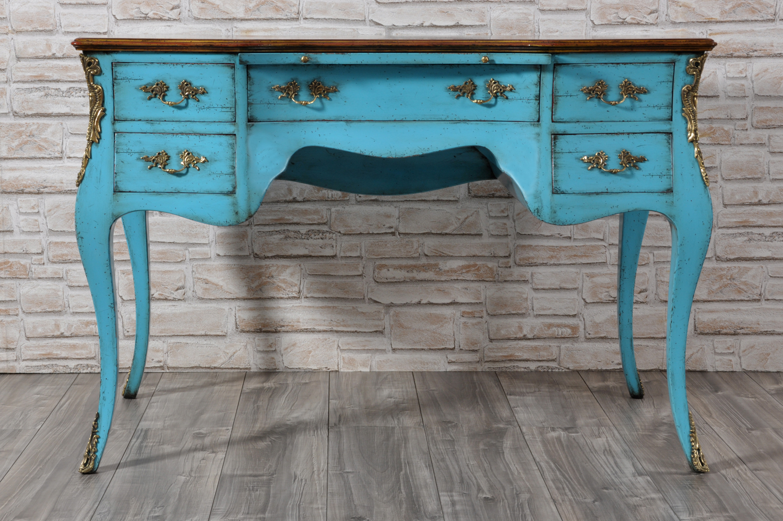 importante scrivania da centro stanza bombata e mossa di realizzazione made in Italy in stile classico settecento veneziano con 5 cassetti e le gambe alte sagomate laccata bicolore in legno di ciliegio massello