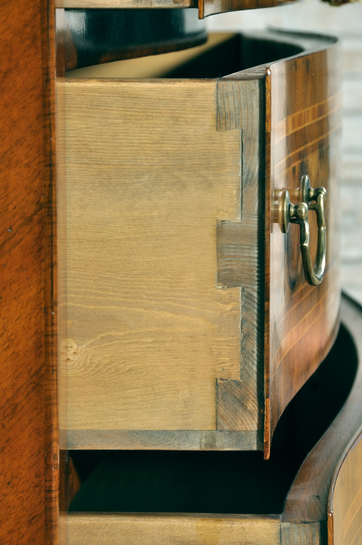 Splendido com sagomato e intarsiato in radica mobili for Progettazione di mobili lavorazione del legno