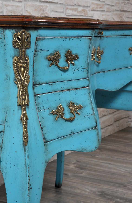 scrivania dalle linee mosse e bombate lavorazione fatta a mano riprodotta da quelle del 1700 veneziano impreziosita da bronzi realizzati in stile luigi XV