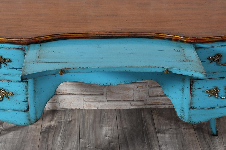 lucidatura e laccatura bicolore della scrivania veneziana 700 realizzata a mano e rifinita con prodotti naturali e realizzabile su misura essendo un manufatto artigianale di lusso