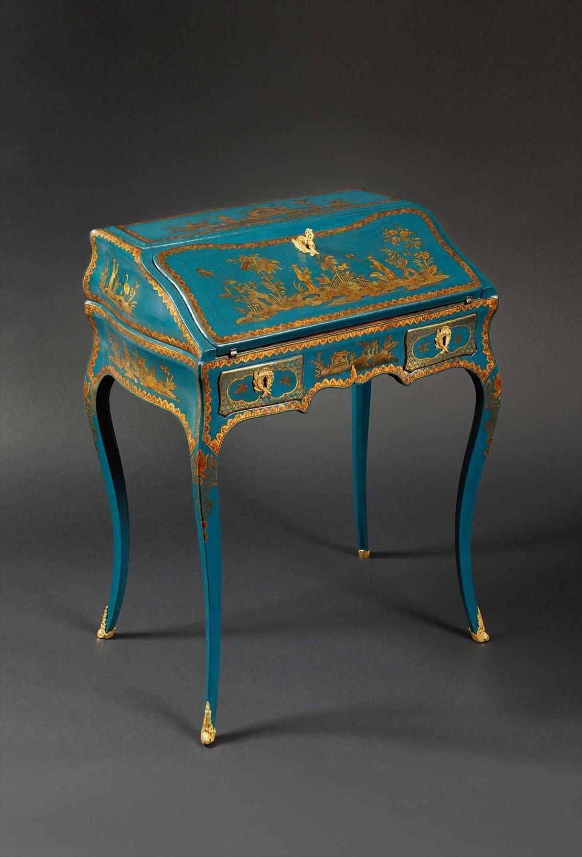 bureau ribalta di lusso mosso e bombato decorato e laccato a mano con cineserie in blu cobalto e oro in stile luigi XV settecento francese
