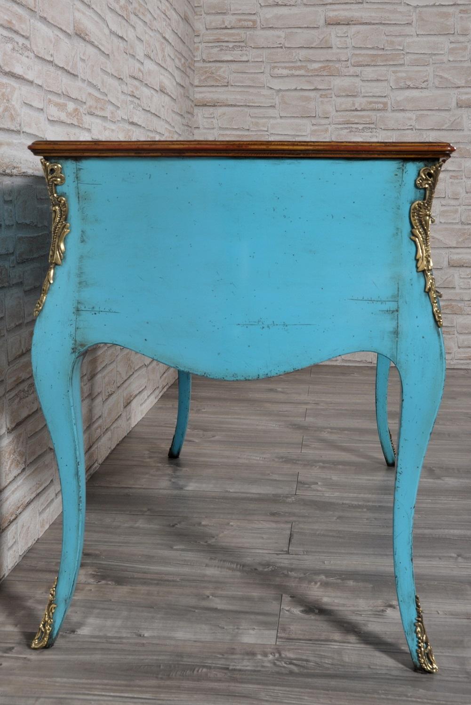scrivania veneziana bombata e mossa da centro stanza realizzata con 5 cassetti con le gambe alte lussuoso mobile di produzione made in Italy laccata bicolore