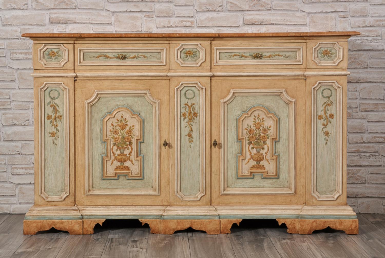 credenza con 2 ante e 2 cassetti decorata in stile veneziano dalle tonalità tenui realizzata e dipinta per case di lusso e importanti e prestigiose residenze