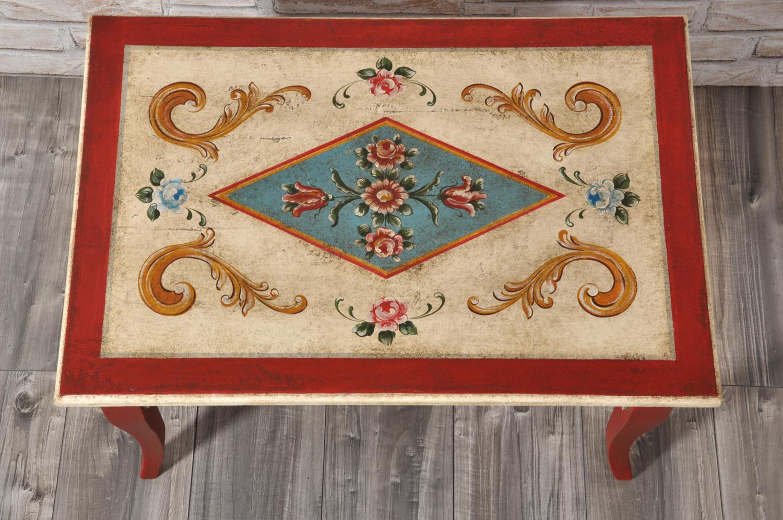 piano del tavolino da salotto rettangolare laccato a mano su misura per importanti case e lussuose residenze di montagna in tonalità rosso e panna con decorazioni di fiori e barocchi