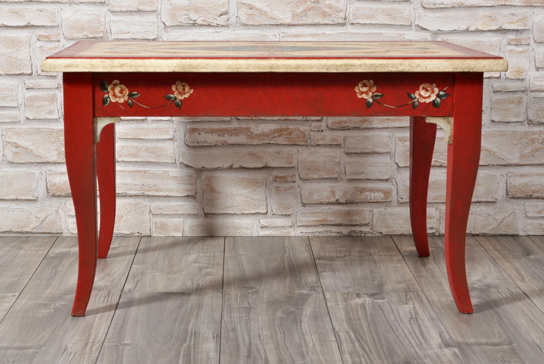 tavolino da salotto realizzato a mano noce le gambe sagomate a sciabola laccato rosso con decori di fiori e barocchi
