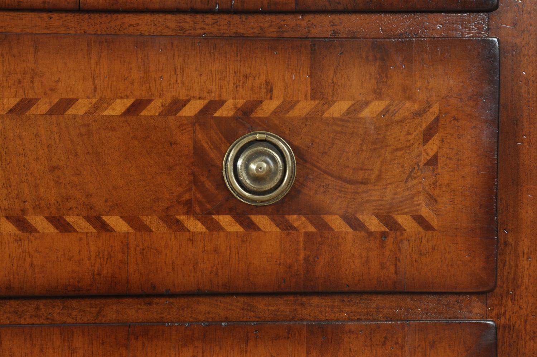 cassetto con filetto intarsiato a spina di pesce realizzato in essenze nobili e pregiate maniglia rotonda in ottone cesellato e lucidato a mano ripreso dall'accessorio originale del settecento