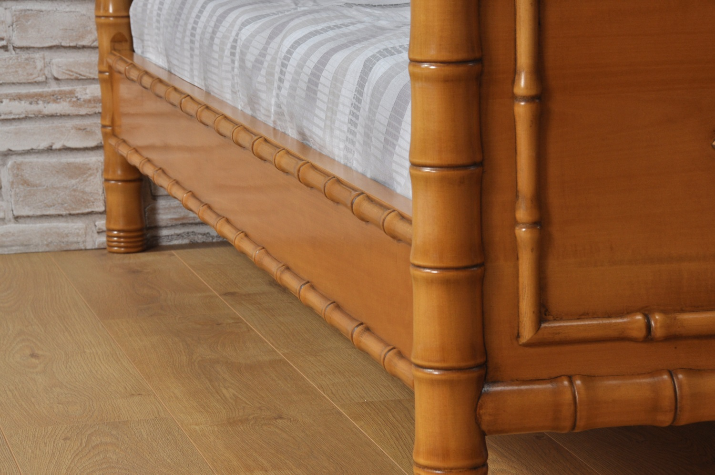 fasce delle stase con colonne tornite nello stile classico coloniale bamboo del prestigioso letto prodotto su misura a mano in Italia per importanti e lussuose camere da letto