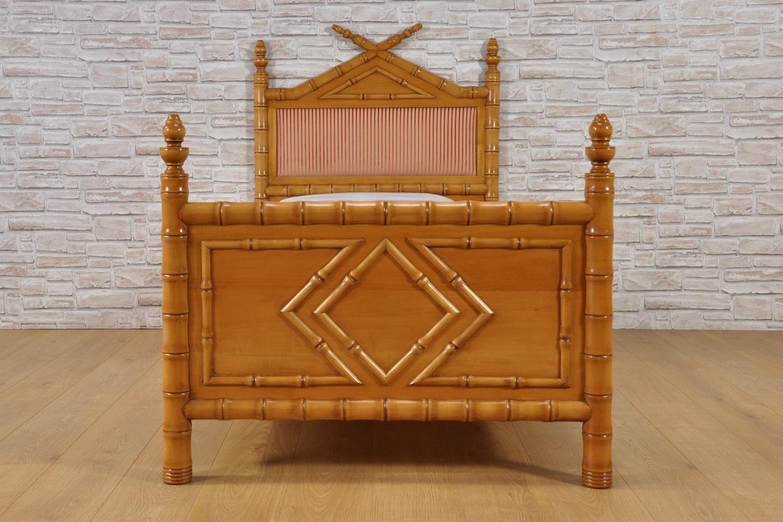 lussuoso letto singolo lavorato con motivi geometrici e lucidato a mano a gommalacca con prodotti naturali tonalità miele realizzato con pediera e testiera torniti in legno di tiglio massello