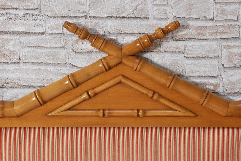 testiera in legno di tiglio massello con inserto in tessuto pregiato dell'arredo costruito nello stile classico inglese coloniale bamboo manufatto su misura essendo prodotto a mano