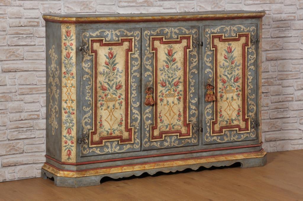 nel laboratorio di alta ebanisteria viene realizzata e decorata la credenza dispensa di lusso con 3 ante motivi barocchi e floreali riprodotta su misura