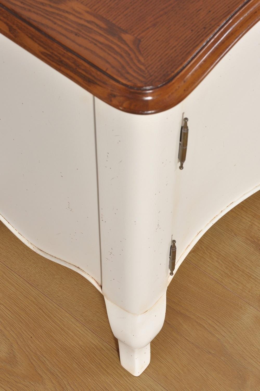 fianco laccato bicolore con lavorazione di pregio a telaio le gambe sono alte e sagomate nello stile classico Provenzale il piano in essenza di frassino è lucidato a gommalacca e anticato artigianalmente