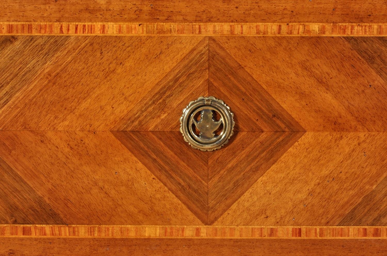 cassetti del mobiletto comodini finemente intarsiati a spina di pesce e riproducibili su misura in noce legno di rosa e acero essenze esotiche di uno spessore grosso di 4 mm.