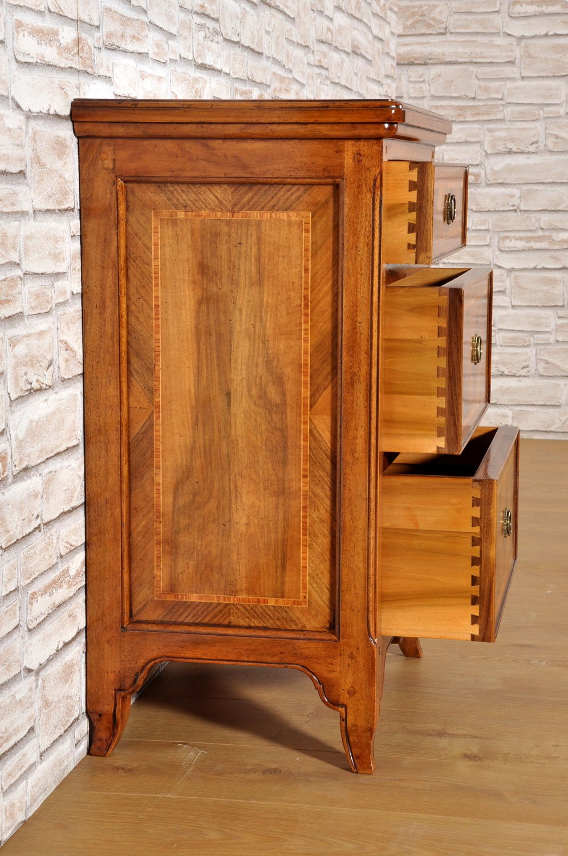 laboratorio artigianale Veneto con realizza intarsi fatti a mano e su misura dei comodini mobiletti in legno di noce ed essenze esotiche pregiate