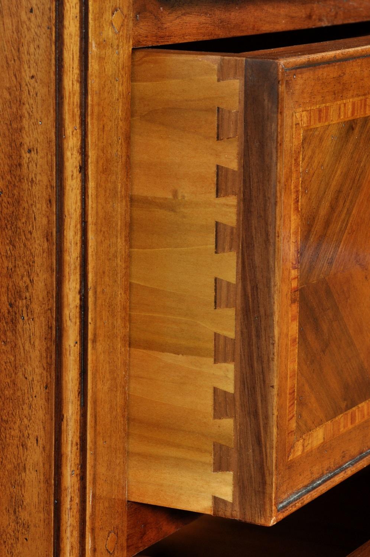 noce acero e legno di rosa intarsi in essenze pregiate del lussuoso mobiletto con 3 cassetti riprodotto su misura per esclusivi arredamenti