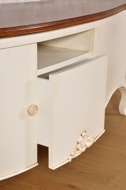 nel laboratorio del brand di lusso e di alta ebanisteria Vangelista mobili viene prodotta la credenza porta tv sagomata e laccata bicolore bianco con eleganti e raffinati intagli riprodotti a mano in Italia
