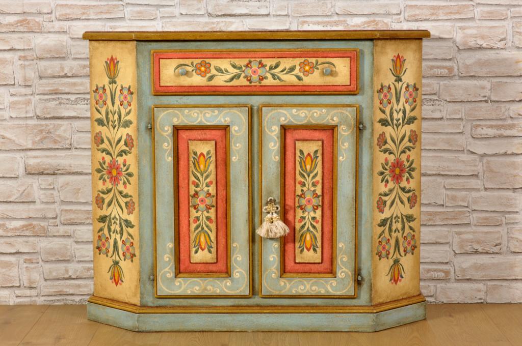 credenza tirolese decorata come l'arredo d'epoca del 700 pitture di fiori stilizzati nello stile classico tirolese pitture eseguite su essenza di abete massello