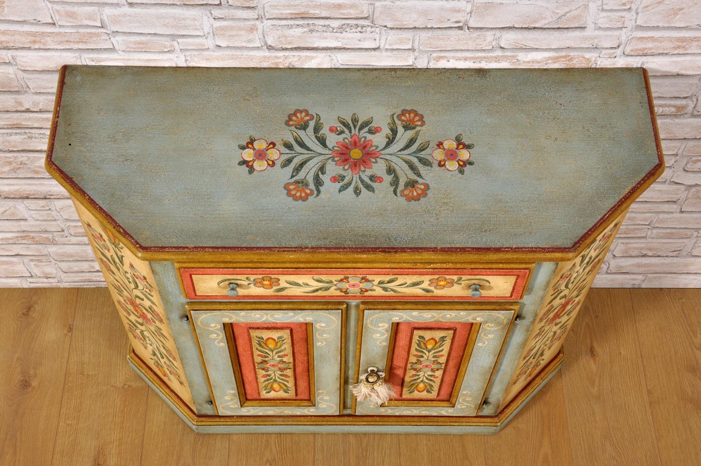 Credenza dipinta in stile tirolese con fiori stilizzati for Mobili stilizzati