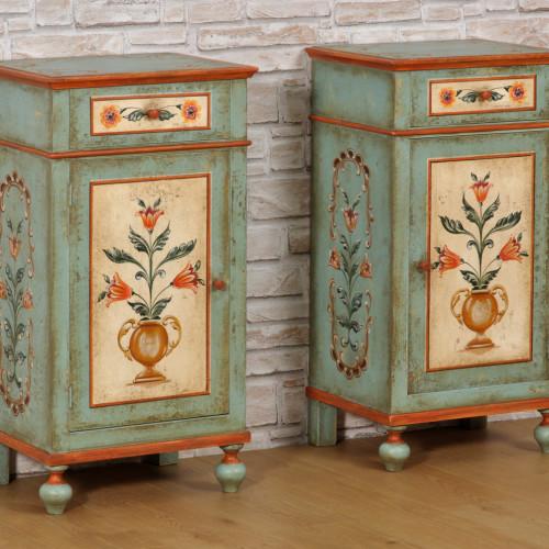 decorazioni di lusso per prestigiose residenze di montagna eseguite a mano del mobiletto comodino con le gambe tornite prodotto su misura pitture floreali e barocche in ridotte dimensioni