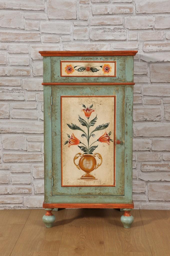 stile classico tirolese con decorazioni del seicento pitture riprodotte come il manufatto d'epoca in abete massello per prestigiose residenze e importanti case di montagna