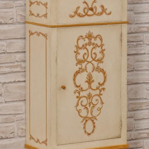 comodino tirolese mobiletto decorato a mano con disegni barocchi e floreali del 1700 costruito e dipinto dall'0riginale con un cassetto e una anta le gambe sono tornite