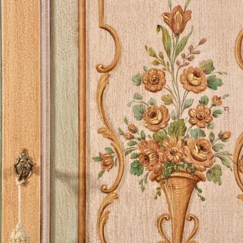 dentro il laboratorio Vangelista mobili sono decorate le pitture con vasi di fiori e barocchi lavorazioni di alta ebanisteria artigianale del 700 con colori naturali a tempera