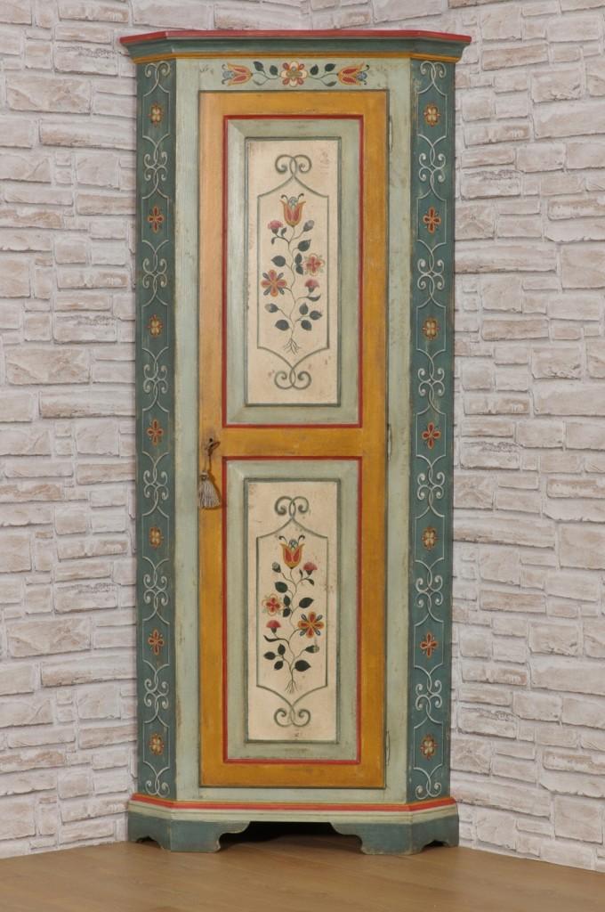 angolare decorato per case di lusso di montagna del trentino tirolese ad una anta dipinto con fiori stilizzati dai colori vivaci tipici del trentino ad una anta